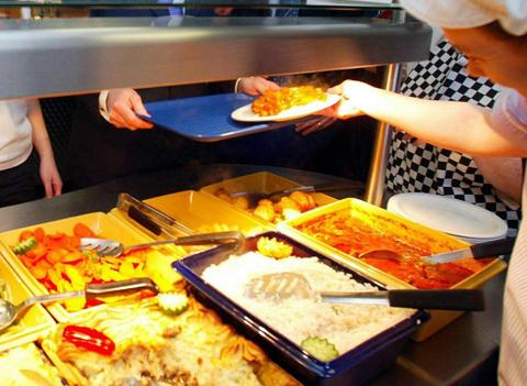 A council report says schools should help parents find ways to pay for school meals