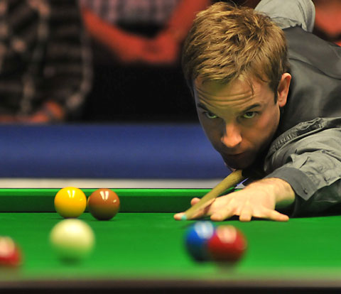 Ali Carter in action against Steve Davis