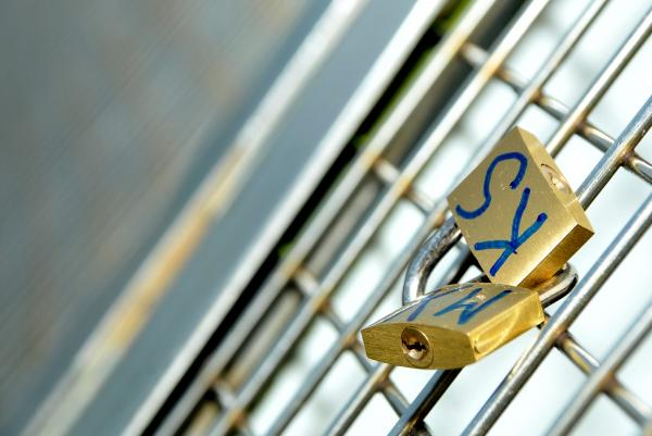 'Lovelocks' are removed from Millennium Bridge due to safety concerns