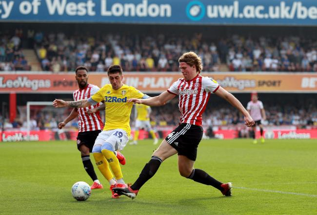 Leeds United's Pablo Hernandez and Brentford's Mads Bech Sorensen (right) battle for the ball during the Sky Bet Championship match